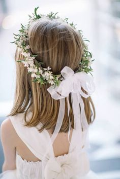 Vestidos e arranjos de cabelo super fofos para as daminhas! Flower Girl Crown, Flower Crown Hairstyle, Flower Girl Hairstyles, Floral Crown, Wedding Hairstyles, Flower Girls, Flower Girl Shirts, Flower Girl Robes, Flower Girl Dresses