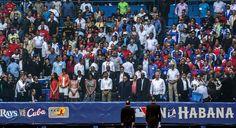 Avant le début du match de baseball entre les Rays de Tampa Bay et l'équipe nationale cubaine à la Havane, les présidents Raul Castro et Barack Obama, ainsi que Michelle Obama et ses filles, ont participé à une minute de silence.