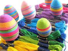 Uova di Pasqua decorate con filo colorato