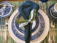 Far Above Rubies: Blue Willow for St. Patricks Day  - Love the idea of ribbons tied for the napkin ring!