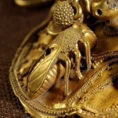 Gold Bee from Eastern Greece, (detail) century BC, Nasher Duke Museum, NC. Ancient Jewelry, Antique Jewelry, Vintage Jewelry, Viking Jewelry, Greek History, Ancient History, European History, Ancient Aliens, American History