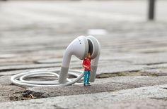 Little People – a Tiny Street Art Project – streetart Art Des Gens, Creative Photography, Art Photography, People Photography, Digital Photography, Diorama, Photo Macro, Microscopic Photography, Miniature Photography