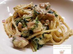 Ik heb dit recept op Facebook gevonden. Romige pasta gekookt in melk. Snijd de uien in blokjes. Hak de knoflook fijn. Hak de peterselie fijn. Snijd de ki