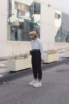 Buffalo boots A casual fall outfit with some corduroy pants, a cropped sweatshirt and Buffalo London Casual Fall Outfits, Spring Outfits, Cute Outfits, Fashion Models, Fashion Outfits, Buffalo Shoes, London Outfit, Outfit Invierno, Flatform
