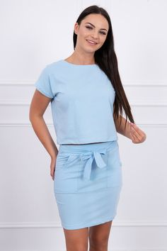 Dámský letní komplet se skládá z krátkého trička a mini sukně.