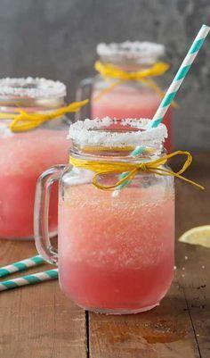 Pink Lemonade Margarita (sans Tequila) 1 cup d'eau 1 cup de sucre 1 cup de jus de citron 1 cup de jus de canberry 2 cuillères à café de zest de citron 8 cups de glace pilée Tranches de citron