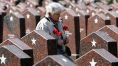 Image copyright                  Getty Images Image caption                                      Una mujer visita el cementerio militar de Rusia, donde miles de militares que murieron en le Segunda Guerra Mundial están enterrados.                                Las voces de la gente común y corriente en medio de eventos extraordinarios. La periodista bielorrusa Svetlana Alexievich ha dedicado su vida a escuchar a la gente que ha visto su vi