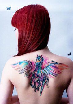 Tatouage aquarelle cheval sur le dos