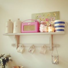 Gorgeous shelf display with a pink Roberts Radio Rustic Shelves, Display Shelves, Roberts Radio, English Kitchens, Home Kitchens, Retro Kitchens, New York City Apartment, Modern Country, Kitchen Interior