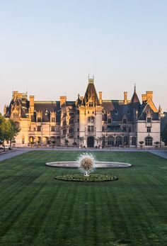 Tips for visiting the Biltmore Estate & Gardens: Biltmore House tours, Antler Village and winery places to stay in Biltmore Estate Asheville North Carolina Beautiful Castles, Beautiful Homes, Beautiful Places, Beautiful Pictures, Places To Travel, Places To Visit, East Coast Road Trip, Travel Usa, Medieval
