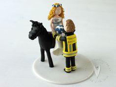 Feuerwehr Brautpaar mit Pferd Tortenfigur für die Hochzeitstorte - Hochzeitstortenfigur - Weddingcake - Caketopper - Weddingcaketopper - Tortendeko - Hochzeitsideen - Weddingideas von www.tortenfiguren.at