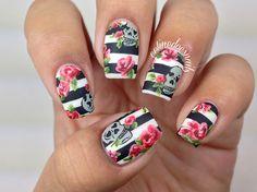unhas decoradas com listras e flores rosa e caveira