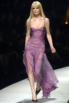 Versace Fall 2003 Ready-to-Wear Fashion Show - Eva Herzigova, Donatella Versace 90s Fashion, Couture Fashion, Runway Fashion, High Fashion, Fashion Show, Vintage Fashion, Fashion Outfits, Fashion Design, Pretty Dresses