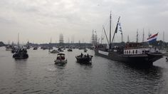 We varen langzaam maar zeker met zijn allen IJmuiden uit. Aan stuurboord voor ons de Terra Nova.