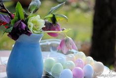 Zu Ostern alle Lenzrosen Helleborus in einer Vase versammeln - was gibt es Schöneres? Ein paar schlichte Ostereier dazu: Fertig ist die Osterdekoration.