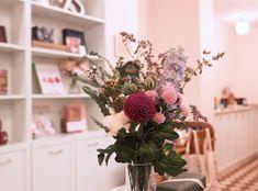 Tuossa oikeanpuoleisessa kauppamme kulmassa vaaleanpunaiset seinät tuovat aina hattaraisen hehkun kuviin 😊 Table Decorations, Plants, Furniture, Home Decor, Decoration Home, Room Decor, Home Furnishings, Plant, Home Interior Design
