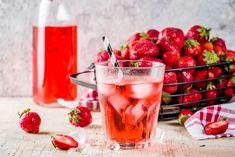 Domáci jahodový sirup | Recepty.sk Moscow Mule Mugs, Strawberry, Fruit, Tableware, Food, Syrup, Dinnerware, Tablewares, Essen