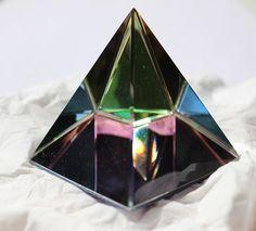 Atlantischer Energiekristall Die Pyramide der Schöpfung Die Pyramide der Schöpfung ist das Herz und Zentrum der Atlantischen Energiekristalle. Sie steht im Zentrum des Tempels der Seele und ist direkt über die 12 Göttlichen Strahlen mit der Schöpferebene Verbunden und wird so zu einem sehr hoch schwingenden und Machtvollen Werkzeug. Die 12 Göttlichen strahlen wirken gebündelt wie ein Wundervoller Energiestrom durch und in der Pyramide. Sie ist umgeben von einer Säule aus reinstem Licht…