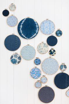 Wallpaper - Wall art Blau + Indigostoffe in Stickrahmen als Wandkunst im Atelier Choosing Components Fabric Wall Art, Diy Wall Art, Diy Wall Decor, Art Decor, Fabric Walls, Wall Decorations, Diy Wand, Art Mural Tissu, Mur Diy