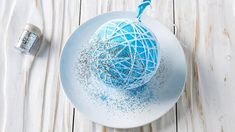 How to make Christmas string ornaments Easy Christmas Crafts, Easy Diy Crafts, Simple Christmas, Handmade Christmas, Christmas Decorations, Christmas Ideas, Easy Ornaments, String Crafts, Xmas