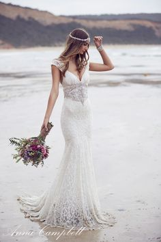 robes de mariée : belle robe avec dentellle par Anna Campbell