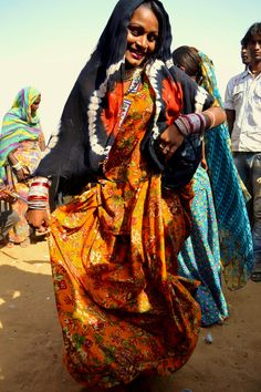 Kalbelia Gypsy dancing the Sapera/Snake Dance that is famed throughout their region. The Kalbelia are indigenous the Thar Desert region of Rajasthan and live on the outskirts of towns there. _ Pushkar, Rajasthan, Índia. by Rabari-Fan