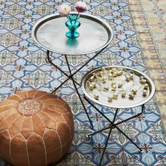 plateau marocain, plateaux marocains, pouf en cuir et carreaux de cilment