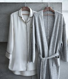 Natural white. PREMIUM QUALITY. Long-sleeved nightshirt in mulberry silk fabric with contrasting trim. Lapels, buttons at front and at cuffs, and one chest
