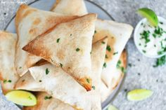 Try these delicious and spicy samosas, ideal as a starter or tasty side dish! Recipe Using Tortilla Wraps, Recipe Using Tortillas, Indian Appetizers, Vegan Appetizers, Appetizers For Party, Gourmet Recipes, Vegetarian Recipes, Healthy Recipes, Raw Recipes