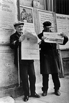 Lectores de la humanidad que aprenden la victoria del Frente Popular, el 3 de mayo de 1936. Robert Capa.