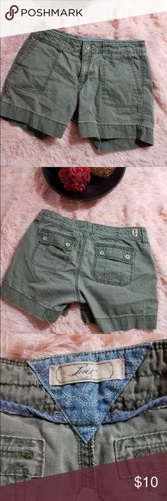 Levis Women's Size 4 Khaki Green Shorts Nice khaki shorts for a great style Levi's Shorts