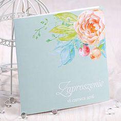 Zaproszenie ślubne jest wykonane z najwyższej jakości papieru perłowego o gramaturze 300g/m2 wraz z ozdobną satynową wstążką. Wymiary zaproszenia po złożeniu to 15x15 cm.