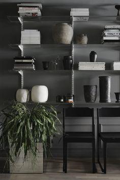 I hyllorna hemma: vaser av Chatarina Forseth, vaser i salt-sten, Sirocco, vas från Merci, glasobjekt Objets de Curiosite, doftljus Mad et Len.
