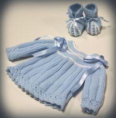 Lana azul de Katia y perlé blanco.Chaquetita bebe tejida con lana (Agujas del número 2 y medio).Cerrada a la espalda con botones de nacar.Talla: de