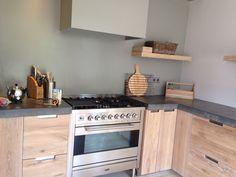 Boretti fornuis, betonnen blad in industriële houten keuken. Koak Design
