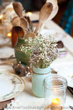 Save money on centerpieces: A small ceramic pot filled with wooden kitchen utensils creates a shabby chic party Kitchen Centerpiece, Jar Centerpieces, Shabby Chic Kitchen Shelves, Ideas Bautizo, Shabby Chic Fall, Fall Birthday Parties, Practical Wedding, Baby Shower Fall, Painted Mason Jars