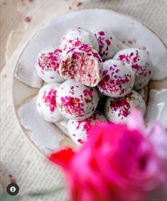 vegan, refined sugar free raspberry bliss balls! #plantbased #vegan #energyballs #snacks Raspberry Fat Bombs, White Raspberry, White Chocolate Raspberry, Easy Dinner Recipes, Easy Meals, Dessert Recipes, Vegetarian Recipes, Healthy Recipes, Delicious Recipes