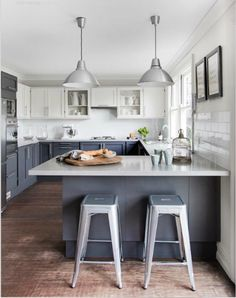 two tone kitchen with navy-gray bottom cabinets.
