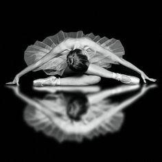 Pics Photos - Ballerina Ballet Beautiful Black And White Dance Dancer Foto Sport, Dance Like No One Is Watching, Dance Poses, Yoga Dance, Ballet Photography, Reflection Photography, Reflection Photos, Digital Photography, Stunning Photography