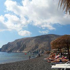 Black sand beach! #kamaribeach #santorini #island #thira #kamari #greece #greekisland #beach #blacksand #aegeansea #caldera #volcano #trip #tourist #instatravel #travel #picturesque #breathtaking #beauty #landscape by natalielovesbeauty
