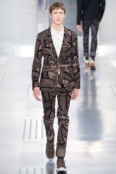 Louis Vuitton Fall 2015 Menswear Fashion Show Weird Fashion, Fashion Show, Mens Fashion, Paris Fashion, High Fashion, Vogue Paris, Stylish Men, Men Casual, Louis Vuitton Homme