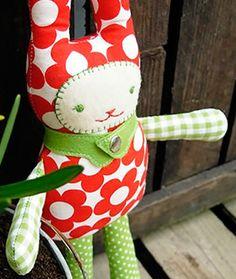 Für Freude sorgt dieser kleine Kuschelfreund. Mit Hilfe der DIY-Anleitung kannst Du Deinen eigenen Kuscheltier-Hasen aus Stoff und Filz nähen. Eine super Geschenkidee für die Kleinen!