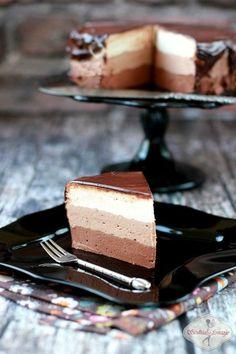 Pyszny sernik na zimno, potrójnie czekoladowo. Przesmaczne połączenie puszystych warstw serowych z białej, mlecznej i gorzkiej czekolady.
