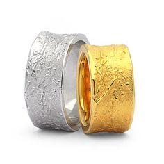 Trauringe / Eheringe. Moderne Ringe mit unregelmäßige Oberflächenstruktur
