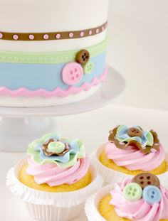 Button cake and cupcakes Cake Icing, Fondant Cakes, Eat Cake, Cupcake Cakes, Lemon Cupcakes, Cupcake Ideas, Lace Cupcakes, Sweet Cupcakes, Cupcake Toppers