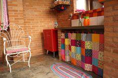 Ideias lindas e super na moda na cozinha: cadeira de ferro recuperada, cortininha em patchwork e tapete de tear manual.