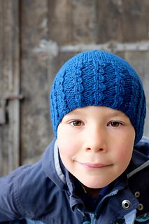 Archetipo Hat pattern: an essential hat, fitted and warm, with a fun brim.
