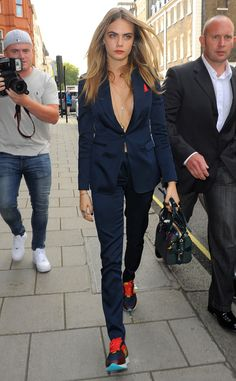 Cara Delevingne from Stars at London Fashion Week Spring 2015 Cara D steps out sans undershirt in a razor-sharp navy suit and sneakers combo. Sneakers Outfit Work, Suits And Sneakers, Sneaker Outfits, Sneakers Fashion, Suit Fashion, Look Fashion, Fashion Models, Fashion Outfits, London Fashion Weeks