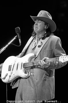 Stevie Ray Vaughan performs on stage at The Chicago Blues Festival on June 1985 in Chicago, Illinois Stevie Ray Vaughan, Eric Clapton, Dallas, Extraordinary People, Blues Music, Blues Rock, Music Photo, My Favorite Music, Rock And Roll