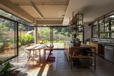 Image 2 of 36 from gallery of Joazeiro House / Cupertino Arquitetura. Photograph by Maíra Acayaba Mid-century Interior, Kitchen Interior, Interior Architecture, Interior And Exterior, Casa Patio, Amazing Spaces, Loft Spaces, Mid Century House, Custom Homes